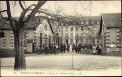 Cp Nogent le Rotrou Eure et Loir, vue générale de l'Entrée de la Caserne Sully