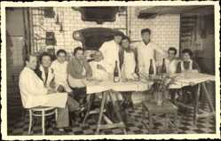 Foto Ak Saarbrücken, Backstube der Konditorei etwa 1940, Bäcker, Gruppe am Tisch