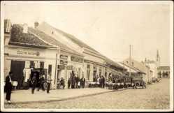 Foto Ak Aleksinac Serbien, Straßenpartie mit Geschäften und Anwohnern