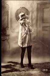 Ak Frau in Unterwäsche, Strümpfe, Hochschuhe, Weißes Hemd, Blume
