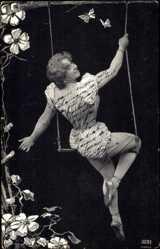 Ansichtskarte / Postkarte Junge Frau auf einer Schaukel, Schmetterlinge, Rücken, Po