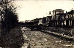 Foto Ak Monastir Mazedonien, Kanalpartie mit Brücke und Ortschaft