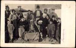Foto Ak Bauern aus Mazedonien, Dorfältester, Kinder, Gruppenfoto