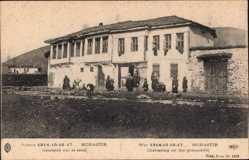 Postcard Bitola Monastir Mazedonien, Causette sir le seuil, Tor, Fassade, Anwohner