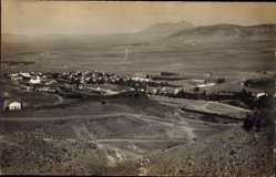 Foto Ak Djerissa Tunesien, Blick hinab zur Siedlung, Wüstenlandschaft