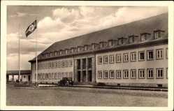 Ak Angerburg Ostpreußen, Blick auf ein Gebäude, Fassaden, Flagge