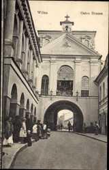 Postcard Vilnius Wilna Litauen, Ostra Brama, Straßenpartie mit Blick auf Tor