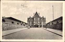 Postcard Neuss in Nordrhein Westfalen, Blick auf den Bahnhof, Straßenseite