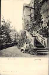Ansichtskarte / Postkarte Meißen, Blick in den Schlosspark, Besucherin, Treppe, Efeubewuchs