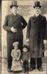 Postcard Les deux extremes en grandeur et en petitesse, Riesen, Liliputaner