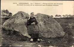 Ak Locronan Finistère, La Jument, Pierre sacree des Druides, Frau beim Gebet