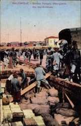 Postcard Saloniki Griechenland, Soldats francais débarquents des marchandises