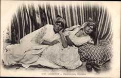 Ansichtskarte / Postkarte Algerien, Mauresques couchées, Frauen auf einem Bett, Brust