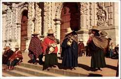 Postcard Peru, Catedral de Cajamarca, Peruaner vor der Kirche